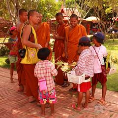 Monjes y niños (Almu_Martinez_Jiménez) Tags: thailand tailandia smile land paraíso viaje summer 2014 krabi bangkok chiang mai paz buda people canon travel lonelytravel