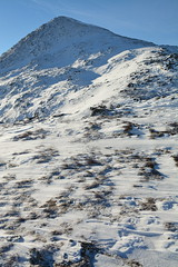 DSC_6387 (nic0704) Tags: scotland hiking walking climbing summit highlands outdoor landscape hill mountain foothill peak mountainside cairn munro mountains glencoe glen coe buachaille etive mor beag stob dubh raineach loch snow ice winter ridge