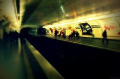 C'est comment qu'on freine ? (Loran de Cevinne) Tags: paris stationstaugustin iledefrance france métro flou flouartistique scènesderue rame wagon wagons underground subway lorandecevinne