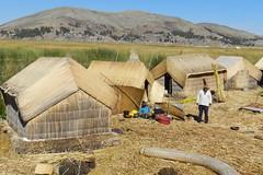 pueblo Islas de los Uros Lago Titicaca Peru 01 (Rafael Gomez - http://micamara.es) Tags: peru uros titicaca de lago casa los pueblo per habitat islas flotantes viviendas poblado chozas totoras