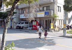 久米 歩くひとたち Naha-si, Okinawa (ymtrx79g ( Activity stop)) Tags: street color slr film japan analog nikon kodak 35mmfilm okinawa 135 沖縄 kodakgold100 街 写真 銀塩 フィルム nikonnewfm2 那覇市 nahasi nikonainikkor35mmf2 歩行走行 walkandrun 201310blog