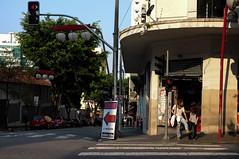 Estacione (renanluna) Tags: mulher woman rua street sol sun asfalto asphalt cores colors cor color colorido colorful sopaulo sp br 55 fuji fujifilm fujifilmfinepixx100 x100 renanluna