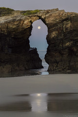 Praia Das Catedrais 4 (pepgass) Tags: luna lluna moon superluna superlluna supermoon posta puesta moonset landscape paisaje paisatge praiadascatedrais platjadelescatedrals playadelascatedrales ribadeo lugo galicia