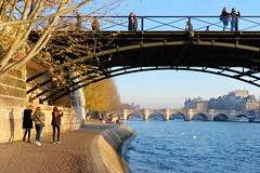 Passerelle des Arts (Raymonde Contensous) Tags: paris laseine fleuves rivières eau ponts quais berges