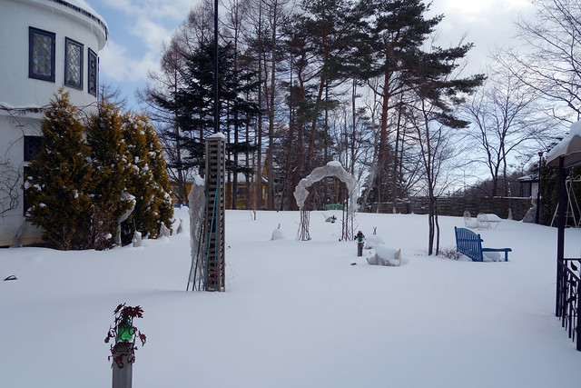 今は雪で何も見えませんが、季節になればイングリッシュガーデ。|オールドエイジ