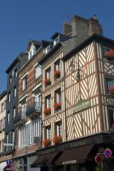 Honfleur, maisons  pans de bois (Ytierny) Tags: france vertical architecture restaurant commerce place galerie boutique normandie honfleur maison calvados faade colombage htel pansdebois ctefleurie ytierny