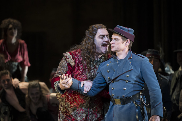 Bryn Terfel as Méphistophélès and Simon Keenlyside as Valentin in Faust, The Royal Opera, © ROH / Bill Cooper 2014
