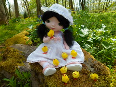 Tilda et les poussins. (mmarple62) Tags: cute hat easter toy outfit doll dress handmade clothes chapeau kawaii bjd tilda vtements jouet poupe pques poussin faitmain