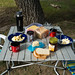 Café da manhã: frutas, iogurte, pão, queijo, manteiga, geléia, café