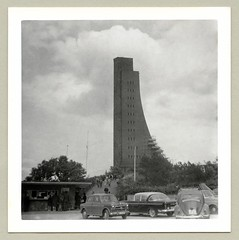 "Laboe Tower (Raymondx1) Tags: vintage classic black white ""blackwhite"" sw photo foto photography automobile car cars motor 1950s fifties vehicle antique auto automobiles fiat 1100 nuova1100 millecento neckar vw volkswagen vw1100 opel kapitän opelkapitän schlüssellochkapitän schlüsselloch käfer rechteckkäfer beetle kever maggiolino fusca coccinelle typ1 type1 economicmiracle wirtschaftswunder marineehrenmal laboetower laboe navalmemorial"