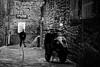 Une ruelle à Dinan (Olivier DESMET) Tags: olivierdesmet noirblanc nb blackandwhite bw monochrome photosderue street streetphoto candid scooter urbain pavés canon eos 6d ef24105 dinan bretagne bzh urban paysageurbain