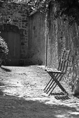 2 chaises (CCybo) Tags: street two blackandwhite bw white black byn blancoynegro blanco monochrome chair nikon noir noiretblanc negro nb deux ruelle rue blanc zwei chaise monochroma negroyblanco nyb incoloro monochromie scharwz straete straate d3100 nikond3100