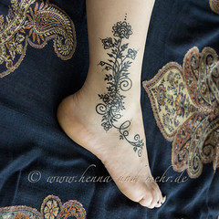 ankle painted with khidab, the yemenite gall ink (olga_rashida) Tags: berlin art painting foot kunst bodypainting mehendi pied bodyart mehndi tatuaggio hennatattoo fus mehandi krperbemalung mehndidesign  lacca naksh peinturecorporelle khidab hennadesign  hennamalerei tatouageauhenn hennabemalung kunstamkrper httpwwwhennaundmehrde bemalungmitkhidab