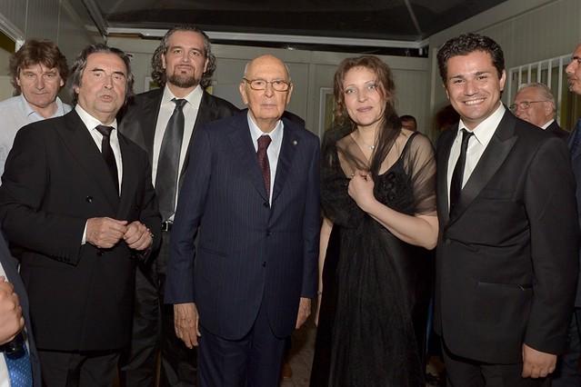 """Il Presidente Giorgio Napolitano con il M° Riccardo Muti e gli artisti al termine della """"Messa da Requiem"""" di G. Verdi"""