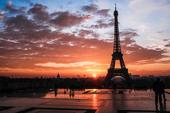 Paris Eiffel tower sunset in December (JBR Aperture) Tags: paris toureiffel eiffeltower sunset skyline clouds goldenlight