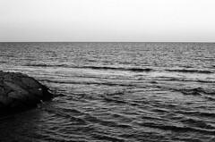 el mar (undertovv) Tags: valencia spain 35mm analogvibes el mar black white espana nature calmness