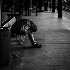 Tired (Bilderschachtel Photography) Tags: street streetphotography strasenfotografie streetlife schwarzweiss bw blackandwhite blackwhite bench citylife city contrast candid urban outdoor flickr fujifilm fuji fujifilmxt10 f14