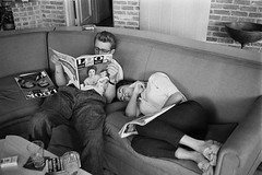 JAMES DEAN AND ELIZABETH TAYLOR (mgill2005a) Tags: sleeping white black reading glasses sitting pants full miller richard behind length scenes nousa blackandwhitebehindthescenesrichardmillerreadingpantss
