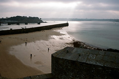 Saint-Malo (Peter Gutierrez) Tags: photo film europe european la france french français française atlantique atlantic bretagne brittany breton illeetvilaine saint malo saintmalo santmaloù saentmalô wall walled fort fortress english channel manche port city harbour harbor ocean sea coast water peter gutierrez petergutierrez photograph photography