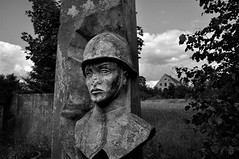 (Farlakes) Tags: abandoned statue germany soldier army decay soviet ddr former eastern base airbase fluplatz farlakes