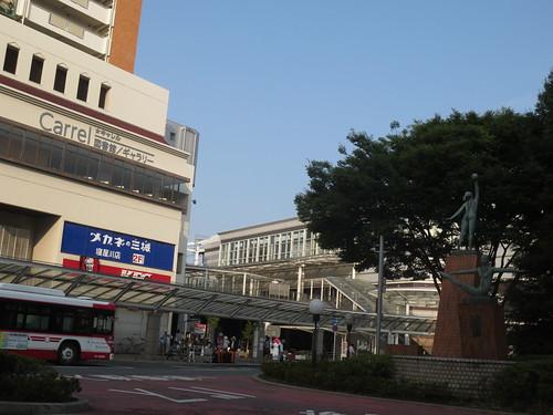 朝の駅前ロータリー