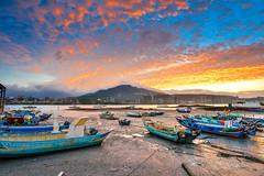 黎明火(DSC_4900) (nans0410(busy)) Tags: taiwan newtaipeicity bali port sunrise dawn cloud sky outdoors scenery boat 台灣 新北市 八里區 八里渡船頭 晨曦 雲彩 日出 漁船 舢舨船 大屯山 陽明山 淡水河