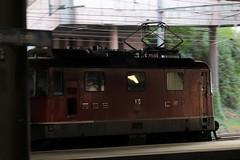 SBB Lokomotive Re 4/4 II 11120 ( Hersteller SLM Nr. 4652 - BBC MFO SAAS - Baujahr 1967 mit Scherenstromabnehmer ) am Bahnhof Basel SBB im Kanton   Basel Stadt der Schweiz (chrchr_75) Tags: albumzzz201610oktober christoph hurni chriguhurni chrchr75 chriguhurnibluemailch oktober 2016 hurni161018 bahn eisenbahn schweizer bahnen zug train treno albumbahnenderschweiz2016712 albumbahnenderschweiz schweiz suisse switzerland svizzera suissa swiss albumsbbre44iiiii lok lokomotive sbb cff ffs schweizerische bundesbahn bundesbahnen re44 re 44