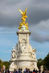 London (Edi Bähler) Tags: sky people clouds himmel wolken skulptur menschen stovepipewells vereinigtestaaten 80400mmf4556 nikond3 buckinghampalacelm