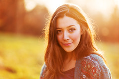 Carolina (Federico Ravassard) Tags: winter light sun girl beauty smiling canon golden back december bokeh 85mm 18 85 federico 6d ravassard
