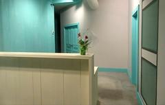Je suis venu te dire que je m'en vais (Robert Saucier) Tags: montral montreal mur wall turquoise bleu blue beige porte door intrieur interior fleurs flowers nuit night nightshot noflash img0532 gainsbourg