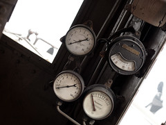 Manometri. (Lord Markus) Tags: train treno cab cabina guida crews compartment dial quadrante indicatore ammeter amperometro manometro locomotore locomotiva elettrica electric locomotive italy italian fs ferroviedellostato milano tibb tecnomasio old vintage rusty nikon d300s