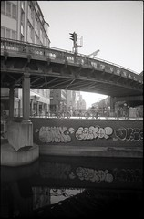 Hamburg, Rödingsmarkt (Monsieur Okkult-Okular) Tags: hamburg rödingsmarkt hochbahn trasse ubahn wideangle upright format hochformat weitwinkel elevatedrailway city street black white bw monochrome monochrom schwarzweiss rolleisuperpan200 35mm film analog analogue contaxst contaxyashica tokinarmc24mm28 epsonperfectionv500 urban urbanarte germany architecture scene scenery daylight grain intosun intothesun intothelight manuallens negative outdoor prime sunlight u3 24mmlens