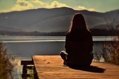 Mirant l'estany (danis3100) Tags: estany lago pensando meditacion soledad chica contraluz