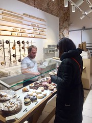 Eligiendo cronuts en Chk (carocampalans) Tags: dulce postre tienda comercio negocio gastronoma elraval