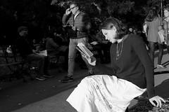 Washington Square Park (@ntomarto) Tags: antomarto ntomarto urban urbano usa us unitedstates washingtonpark lettrice reader street strada citt city citylife ragazza girl donna woman bw biancoenero blackandwhite