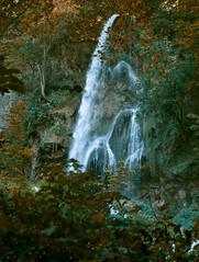 Urach waterfalls - V (KF-Photo) Tags: waterfall wasser wasserfall pentax ngc bltter urach herbststimmung gischt k30 falschfarben wasserfontne uracherwasserfall pentaxa1750