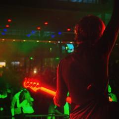dit is rockster guus met een sicke rockpose bij #pluggedfestival een paar maandjes terug. vier november spelen we weer in #eindhoven #altstadt !!!!