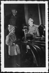 Archiv H874 Elektrische Spieleisenbahn, 1960er (Hans-Michael Tappen) Tags: archivhansmichaeltappen elektrischeeisenbahn spielzeug toy jungen mtzen fischgrtenmuster tisch handschuhe gloves fotorahmen 1960er 1960s hut mantel