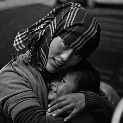 Ladakh - Famille nomade. (Gilles Daligand) Tags: ladakh inde india jammuetcachemire nomades mere fille enfant portrait tente noiretblanc bw monochrome mother daughter littlegirl tendresse tenderness amour love protection