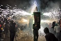 Correfoc 028 (Pau Pumarola) Tags: correfoc foc fuego feu fire feuer guspira chispa étincelle spark funke festa fiesta fête fest diable diablo devil teufel catalunya cataluña catalogne catalonia katalonien girona diablesdelonyar