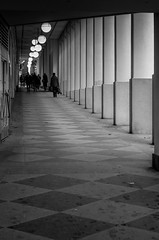 Passage (mellting) Tags: andrastder platser promenadstockholm stockholm bloggad flickr instagram matsellting mellting nikkor5018 nikon nikond7000 sverige sweden monochrome blackandwhite bnw passage people street