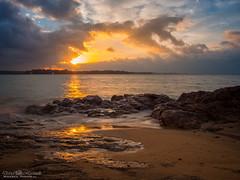 Coucher de soleil sur la mer (David-Martinelli-Photos.net) Tags: sunset beach rocks bretagne breizh vagues plage saintmalo coucherdesoleil rochers bzh