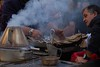 A bela castanha assada / Selling roasted chestnuts (Elisa Brás) Tags: portugal lisboa lisbon streetphotography ruaaugusta outono castanhas baixadelisboa castanhasassadas meljb