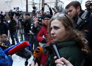 俄罗斯朋克乐队成员获释,继续抨击普京