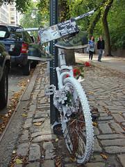 White Bike (Gijlmar) Tags: nyc newyorkcity newyork bicycle america us unitedstates unitedstatesofamerica bicicleta eua bicyclette fahrrad fiets rower cykel estadosunidos bicicletta novaiorque novayork tatsunis  bisiklet vereinigtestaaten kerkpr verenigdestaten nowyjork stanyzjednoczone   jzdnkolo  amerikabirleikdevletleri