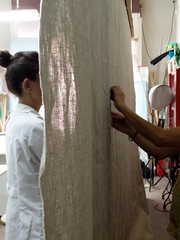 El sistema de suspensin permite trabajar por ambas caras (KRONOS Servicios de Restauracin) Tags: tapices museodeartesdecorativas restauracindetejidos kronos