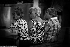 Tres amigas pasando el rato (raperol) Tags: blancoynegro bn calle cádiz street women 50d 2015
