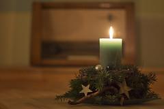 Advent (*Gegenlichtfreundin*) Tags: advent adventsgesteck kerze weihnachtsgesteck weihnachten christmas radio rhrenradio kerzenlicht candlelight adventszeit stillleben