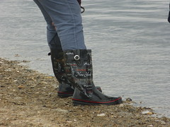 Beach footwear (willi2qwert) Tags: rubberboots rainboots regenstiefel gummistiefel gumboots girl wellies wellingtons wasser women beach strand