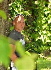Portrait (Helmut Stegmann) Tags: portrait porträt mann man nikon nikkor d5200 dachau germany deutschland bavaria bayern oberbayern welikeit people human sonnenschein hofgarten schlossdachau grün green laub persona face retrato ritratto porträtt arckép portret male outdoor outside baum tree light licht sunshine